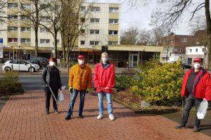 Michael Gerdes (Mitte) und Heribert Springmann (ganz rechts) mit Mitstreiter/innen am Berliner Platz