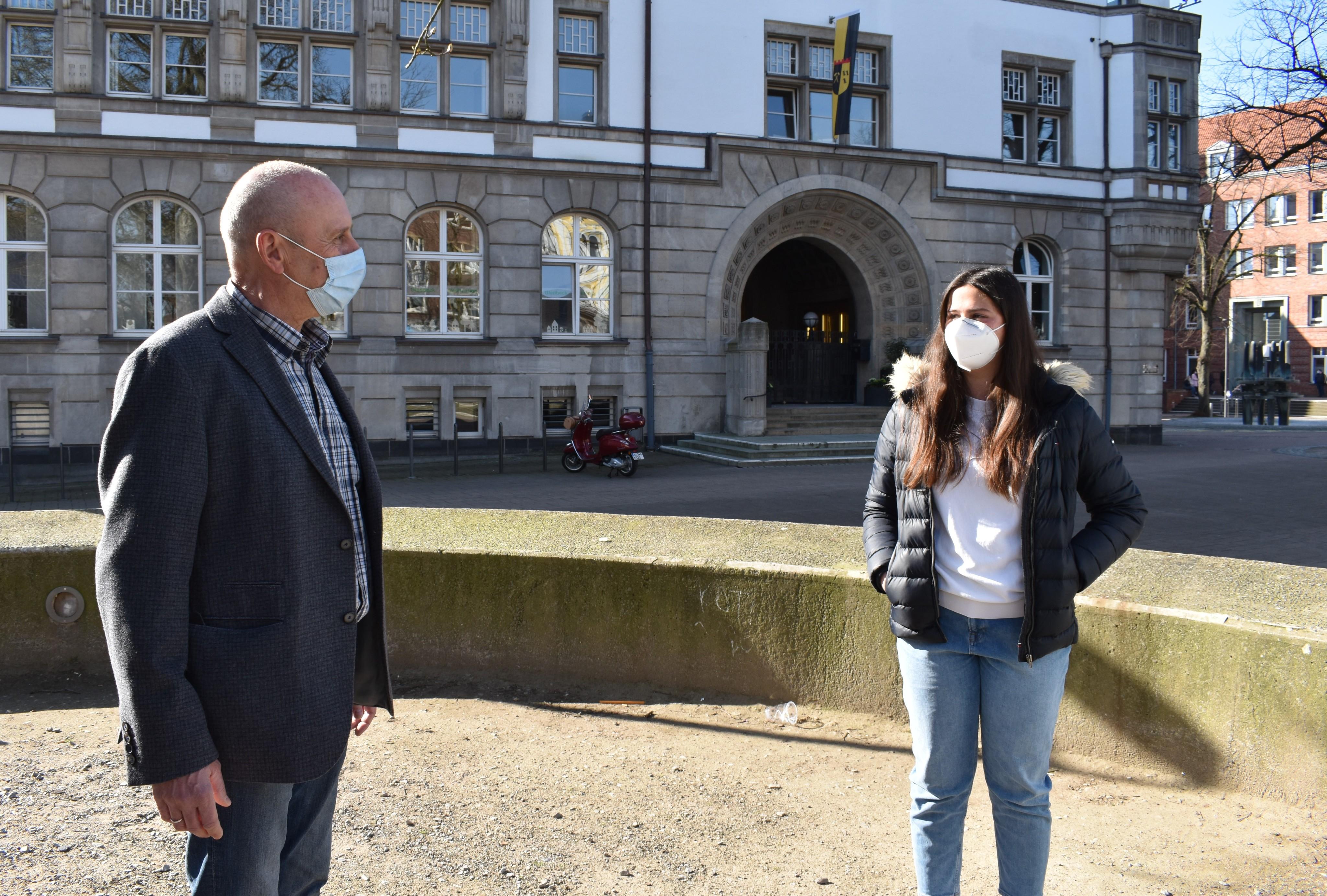 Maya Mentel (rechts) und Michael Gerdes in der Gladbecker Innenstadt