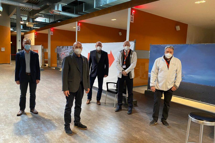 v.l.n.r.: Jochen Brunnhofer (Dezernent); Michael Gerdes, MdB; Thomas Göddertz, MdL; Michael Althammer und Dr. Harald Hofer vom Impfzentrum